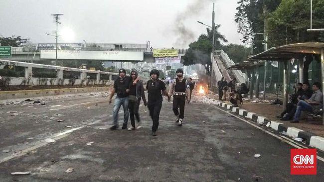 Ricuh di Depan DPR, Polisi Berompi Amankan Dua Orang