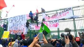 VIDEO: Demo DPR Memanas, Polisi Keluarkan Water Canon