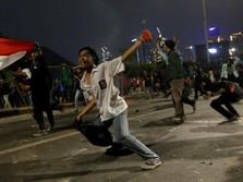 Ratusan Personel Polisi Sisir Massa Aksi yang Masih Bertahan