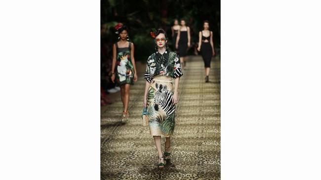 Safari berwarna khaki yang sesuai dengan koleksi baju pria di runway pada Juni lalu. (AP Photo/Antonio Calanni)