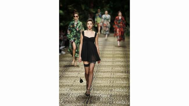 Dolce & Gabbana menampilkan DNA seksi mereka dengan menampilkan berbagai gaun malam hitam. (AP Photo/Antonio Calanni)