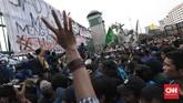 Ribuan mahasiswa dari berbagaiperguruan tinggi bentrok dengan polisi saat berunjuk rasa di depan gedung DPR, Jakarta, Selasa (24/9). (CNN Indonesia/Bisma Septalisma).