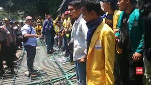 VIDEO: Mahasiswa Jateng Robohkan Gerbang Kantor Gubernur