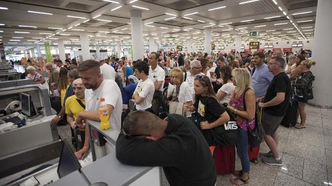 Otoritas Penerbangan Sipil Inggris (CAA) bersama pemerintah setempat akan bekerja sama dalam dua pekan ke depan untuk memulangkan lebih dari 150 ribu warga negara Inggris yang sedang berlibur, namun penerbangannya terpaksa batal karena Thomas Cook bangkrut. (Photo by JAIME REINA / AFP)