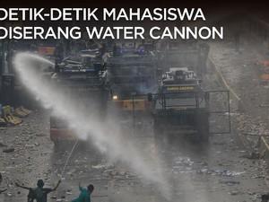 Di Depan Gedung DPR/MPR, Mahasiswa 'Diserang' Water Cannon