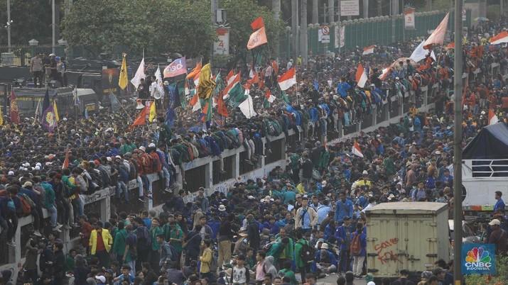 Lalu lintas tersendat karena aksi mahasiswa yang digelar di Gedung DPR memblokade jalan tol dalam kota.
