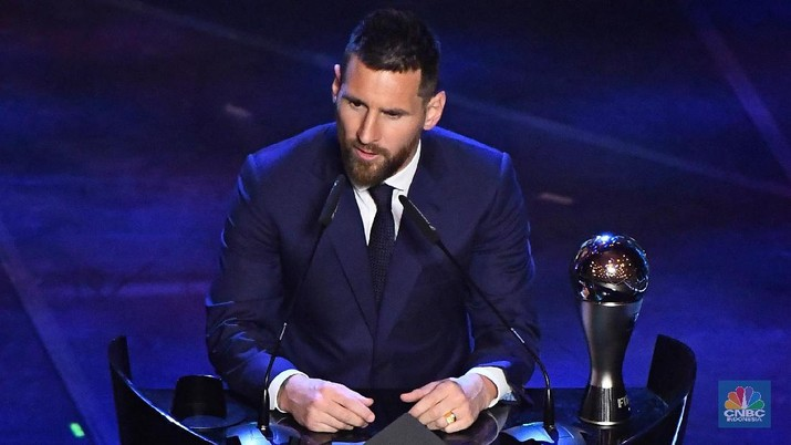 Soccer Football - The Best FIFA Football Awards - Teatro alla Scala, Milan, Italy - September 23, 2019   FIFA President Gianni Infantino presents FC Barcelona's Lionel Messi with the Best FIFA Men's player award as presenter's Ilaria D'Amico and Ruud Gullit look on   REUTERS/Flavio Lo Scalzo