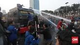 Polisi menembakkan water cannon dan membuatpedemo kocar-kacir. Sebagian mahasiswa berlarian ke arah Slipi, dan sebagian ke arah Semanggi. (CNN Indonesia/Bisma Septalisma).