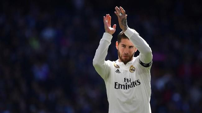 Sergio Ramos terpilih sebagai salah satu bek terbaik meski performa Real Madrid terbilang buruk musim lalu.(Photo by GABRIEL BOUYS / AFP)