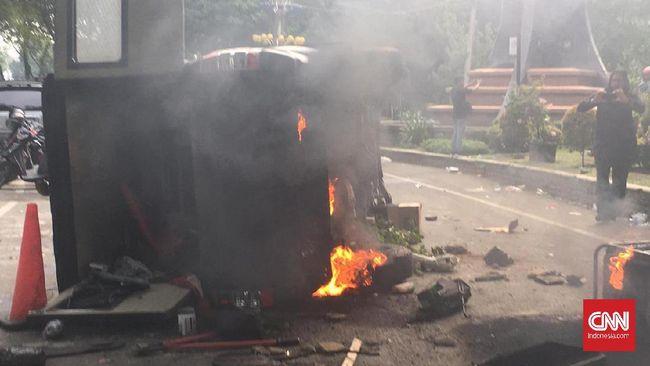 Mobil di Depan Polsek Tanah Abang Diduga Dibakar Massa