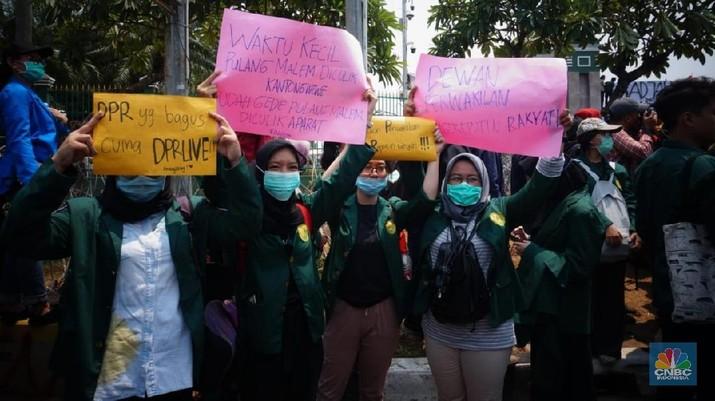 Poster-poster Unik & Lucu Mahasiswa di Aksi Demonstrasi DPR
