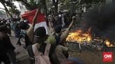 Tak hanya pejalar STM, terpantau pula sejumlah massaABG yang berseragam SMA dan SMP ikut terjun terlibat bentrok dengan polisi di belakang gedung DPR, Palmerah, Jakarta, Rabu (25/9). (CNN Indonesia/Adhi Wicaksono)