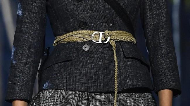 Dior kembali ke taun 1960-an dan ditambah dengan gaun sifon bergaya bohemian. (CHRISTOPHE ARCHAMBAULT / AFP)