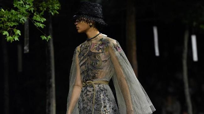 Dior dan Chiuri meluncurkan koleksinya untuk Spring/Summer 2020. (CHRISTOPHE ARCHAMBAULT / AFP)