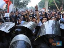 Ricuh! Ratusan Pelajar Bentrok dan Lempar Batu ke DPR