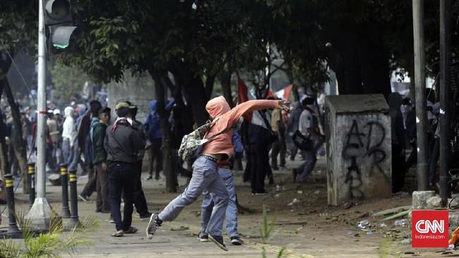 Kericuhan bermula dari sekitar pukul 14.30 WIB ketika massa pelajar sekolah menengah itu tak menghiraukan imbauan polisi yang meminta mereka bubar karena rawan disusupi dan diprovokasi. (CNN Indonesia/Adhi Wicaksono)