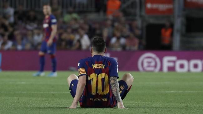Setelah berduel dengan Javi Ontiveros, Lionel Messi merasakan sakit pada bagian paha kiri. (AP Photo/Joan Monfort)