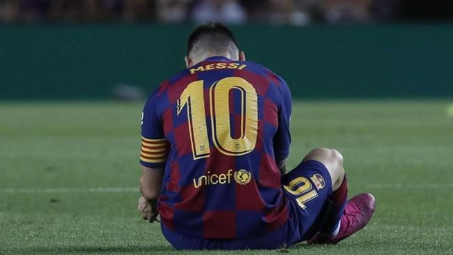 Lionel Messi berhasil menyelesaikan babak pertama, tapi kemudian tidak mampu melanjutkan pertandingan di babak kedua dan digantikan Ousmane Dembele. (AP Photo/Joan Monfort)