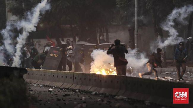 Cerita Rusuh dan 'Hujan' Gas Air Mata saat Demo Mahasiswa DPR
