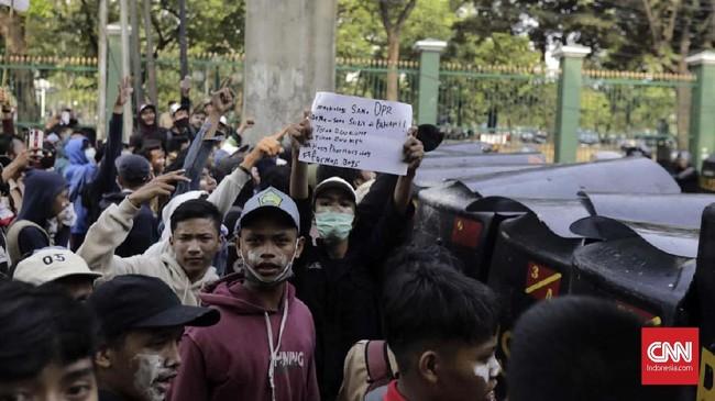 Pada siang hari, puluhan pelajar SMK berseragam pramuka diadang aparat di Polres Metro Jakarta Barat. Para pelajar SMK di Tangerang tersebut hendak ke Gedung DPR untuk mengikuti demonstrasi di gedung DPR, Jakarta, Rabu (25/9). (CNN Indonesia/Adhi Wicaksono)