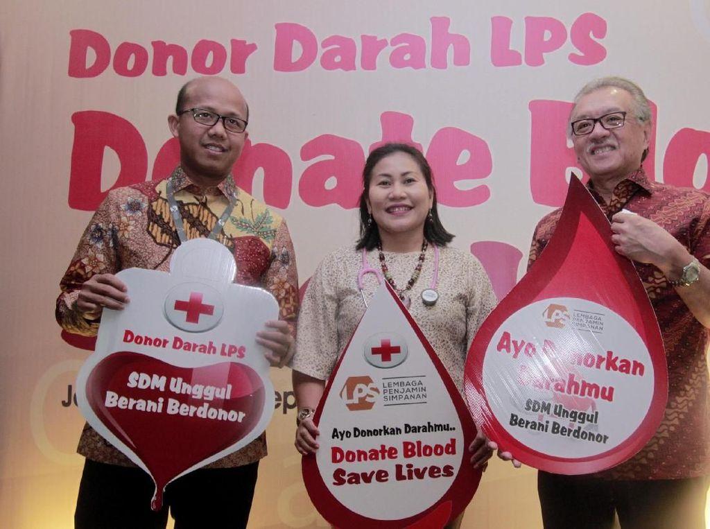 Ketua Dewan Komisioner Lembaga Penjamin Simpanan (LPS) Halim Alamsyah juga ikut mendonorkan darah.