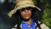 Chiuri pun memilih menggelar peragaan busananya di tengah taman hutan. (CHRISTOPHE ARCHAMBAULT / AFP)