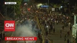 VIDEO: Masih Bentrok! Polisi Mulai Tangkap Sejumlah Perusuh