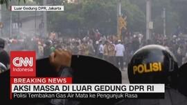VIDEO: Ricuh! Massa Lempar Batu, Polisi Tembakan Gas Air Mata