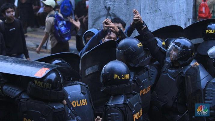 Demo tersebut berujung bentrokan, antara pelajar dengan aparat kepolisian. Massa pelajar dihalau dengan tembakan gas air mata oleh polisi.