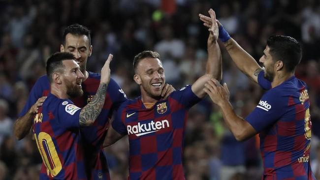 Lionel Messi, Luis Suarez dan Sergio Busquets merayakan gol Arthur Melo. Busquets menciptakan assist untuk gol Arthur. (AP Photo/Joan Monfort)