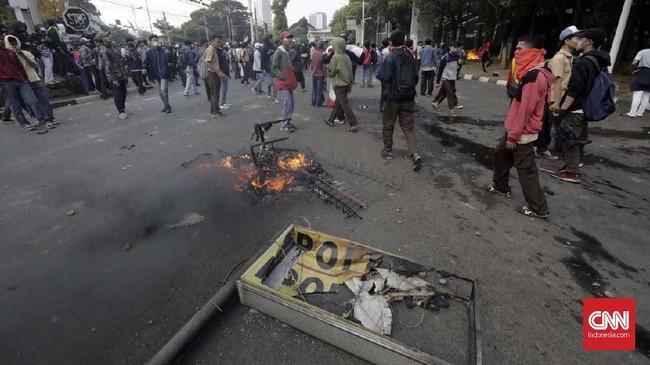 Ditlantas Polda Metro Jaya mengecualikan penerapan sistem ganjil genap di dua ruas jalan juga menutup jalur Tol Dalam Kota akibat kericuhan dalam aksi pelajar STM, Jakarta, Rabu (25/9) sore. (CNN Indonesia/Adhi Wicaksono)