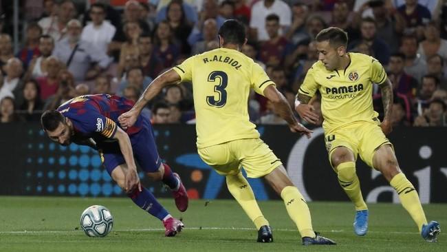 Lionel Messi yang baru pulih dari cedera betis kemudian mengalami cedera pada menit ke-30 setelah berduel dengan pemain Villarreal Javi Ontiveros. (AP Photo/Joan Monfort)