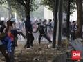 Massa Lempar Batu dan Bom Molotov ke Barikade Polisi
