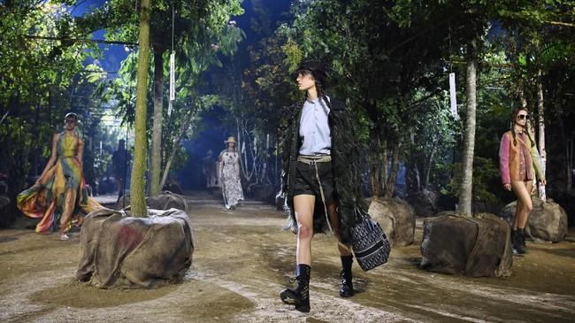 Desainer dan direktur kreatif Dior Maria Grazia Chiuri meluncurkan koleksi terbarunya yang terinspirasi dari alam. (CHRISTOPHE ARCHAMBAULT / AFP)
