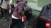 Diduga para pelajar yangterlibat kericuhan di belakang Gedung DPR itu adalahmereka yang pada Rabu (25/9) siang sempatmelakukan aksi unjuk rasa di depan gerbang kompleks perwakilan rakyat itu. Namun dari segi jumlah saat sore didugalebih banyak dari yang berdemonstrasi siang hari. (CNN Indonesia/Adhi Wicaksono)