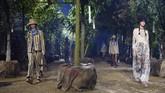 Di tengah hutan rahasia, Dior seolah menyentil manusia untuk lebih memperhatikan alam sekitar yang berpengaruh pada perubahan iklim. (CHRISTOPHE ARCHAMBAULT / AFP)