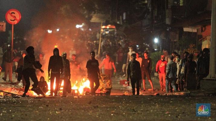 Penampakan Bentrokan Massa & Polisi Hingga Malam Hari