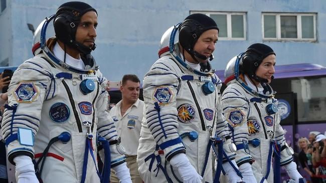 Misi ke Stasiun Antariksa Internasional (ISS) ini membawa tiga astronaut berkebangsaan AS, Rusia, dan Uni Emirat Arab.(Photo by VYACHESLAV OSELEDKO / AFP)
