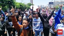 Massa #SurabayaMenggugat Mulai Bergerak, Pelajar STM Mengawal