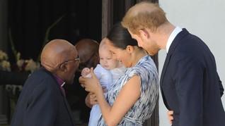 Gemasnya Bayi Archie Windsor dengan Overall 'Murah' di Afrika