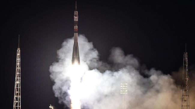Meir dan Skripochka rencananya akan menghuni ISS selama lebih dari enam bulan.(Photo by VYACHESLAV OSELEDKO / AFP)