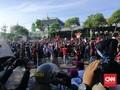 Sidang Rakyat Ditolak, Mahasiswa Surabaya Jebol Kawat Berduri