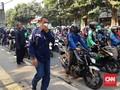Gas Air Mata Masih Tersisa di dekat DPR, Warga Gunakan Masker