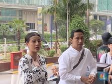Nyata, Awkarin & Fans Bersih-Bersih di Depan Gedung DPR
