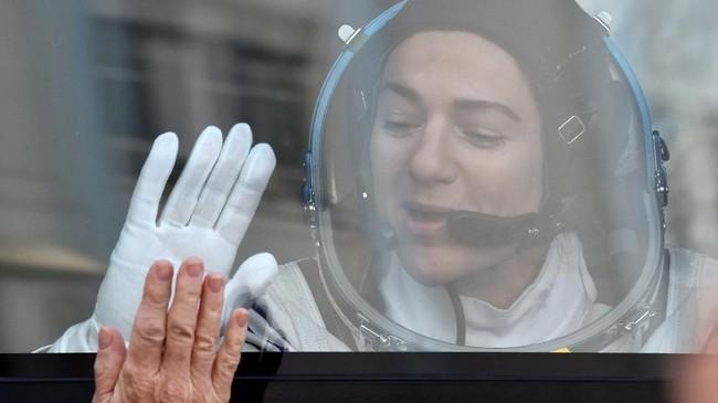 Ketiga astronaut tersebut yakni Jessica Meir dari NASA, Oleg Skripochka dari Rocosmos, dan Hazzaa Ali Almansori dari UEA.(Photo by Vyacheslav OSELEDKO / AFP)