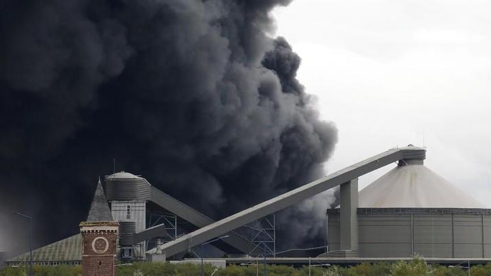 Menurut laporan media, bau tajam mengepung situs kebakaran di Kota Rouen, Perancis tersebut.