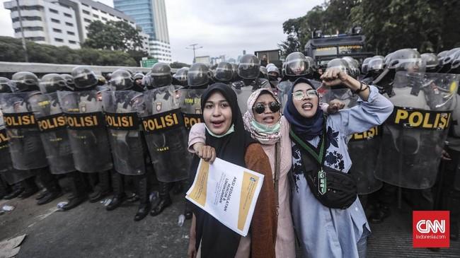 Massa sempat membakar ban dalam aksi itu. Awalnya massa datang dari arah Slipi, Jakarta Barat hendak ke DPR namun polisi menyekat lokasi dengan beton dan kawat berduri. (CNN Indonesia/Bisma Septalisma).