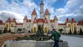 Taman hiburan 'Island of Dreams' yang berada di tepi Sungia Moskow, Moskow, Rusia. (Photo by Yuri KADOBNOV / AFP)