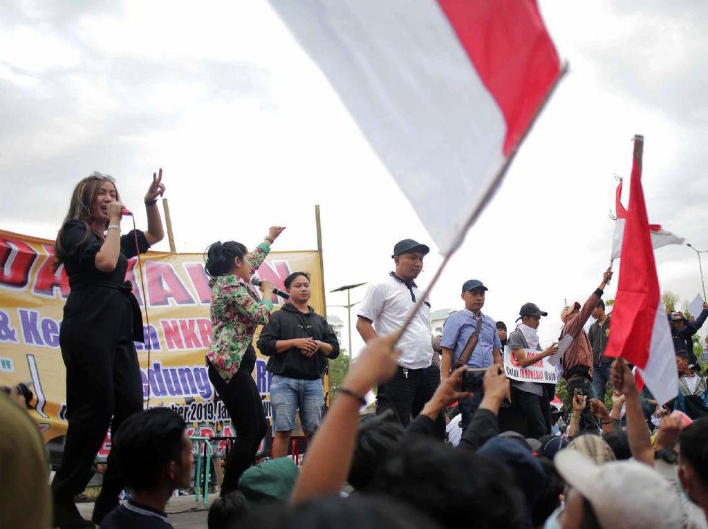 Massa dari Masyarakat Penegak Demokrasi dan Mahasiswa Cinta Damai menggelar konser rakyat untuk perdamaian Indonesia di depan gedung TVRI, Jakarta, Jumat (27/9).
