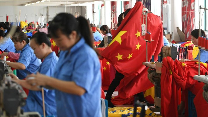 Workers make Chinese flags at a factory ahead of the 70th founding anniversary of People's Republic of China, in Jiaxing, Zhejiang province, China September 25, 2019. REUTERS/Stringer ATTENTION EDITORS - THIS IMAGE WAS PROVIDED BY A THIRD PARTY. CHINA OUT.